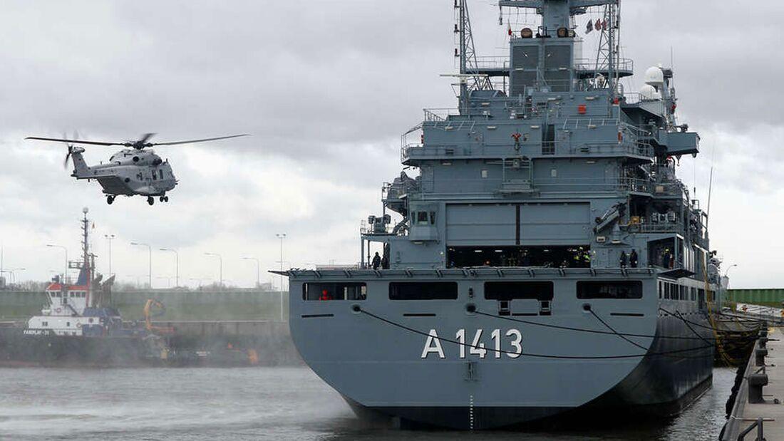 """Erstmals ist ein Sea Lion der Marine auf einem Einsatzgruppenversorger (""""Bonn"""") gelandet."""