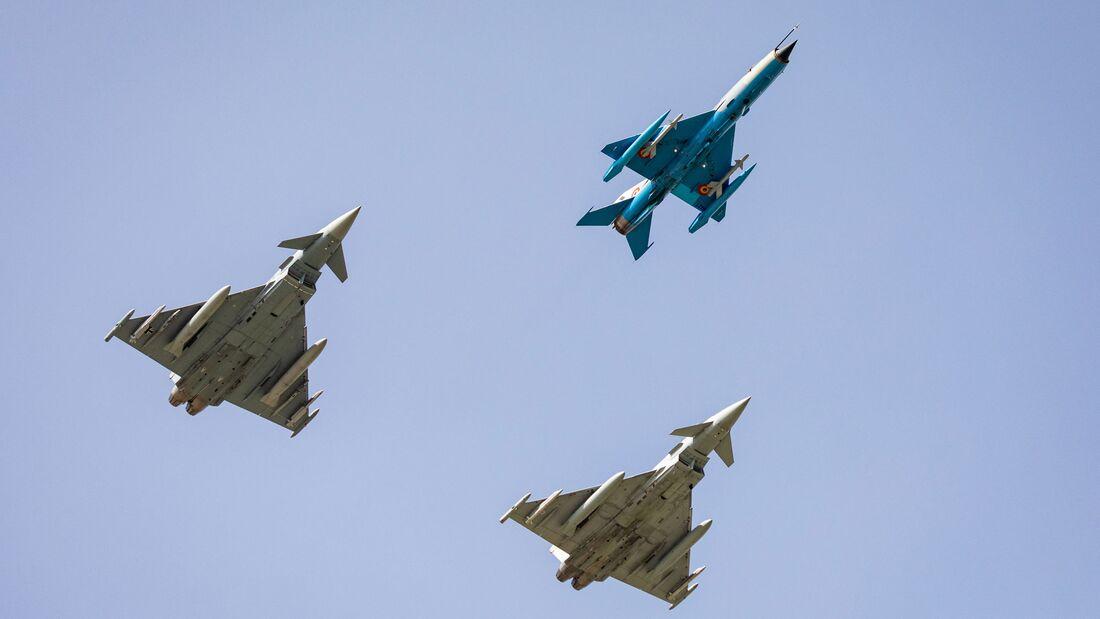 Eurofighter der Luftwaffe und der Royal Air Force trainieren mit der MiG-21 LanceR den Luftpolizeidienst in Rumänien.