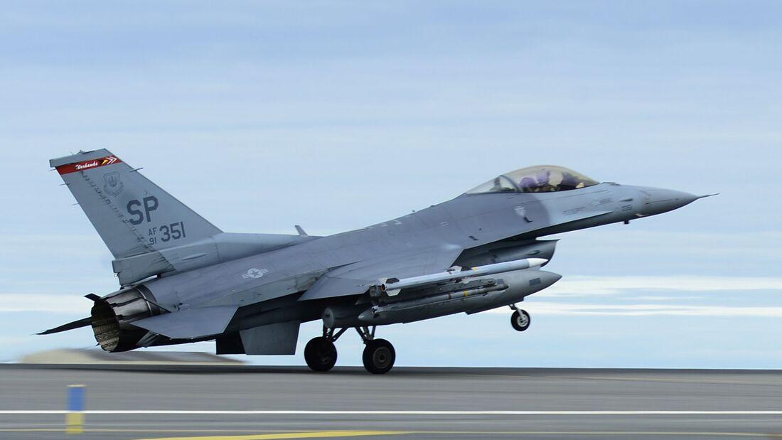 F-16 aus Spangdahlem landet in Keflavik