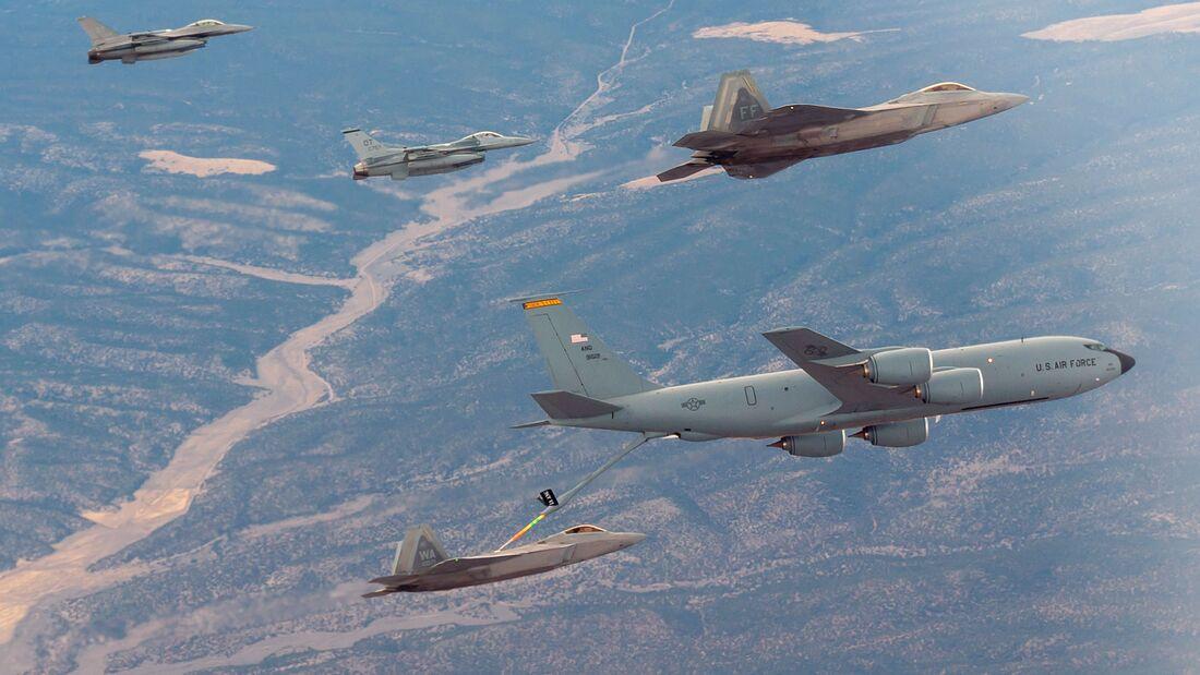 """F-22 Raptors und F-16 Fighting Falcons der 422nd Test and Evaluation Squadron tanken an einem KC-135 Stratotanker über der Nevada Test and Training Range beim Large Force Test Event 20.03. LFTE 20.03 war die Beta-Version von """"Black Flag""""."""
