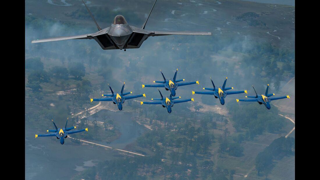F-22A Raptor der USAF und die Blue Angels der US Navy in Formation.