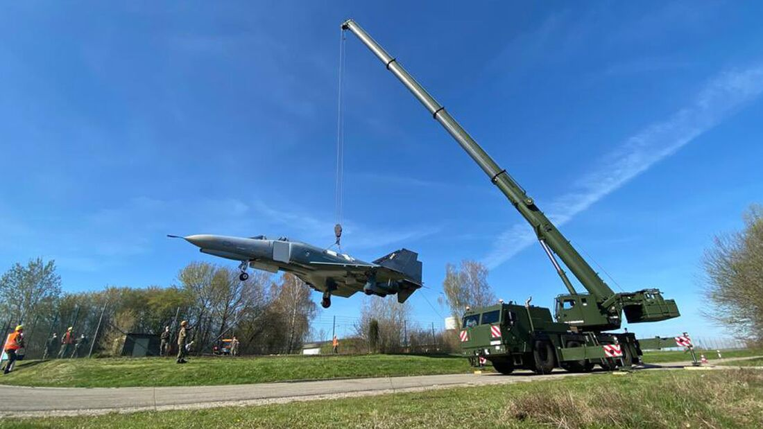 F-4F Phantom in Neuburg wird zur Wilhelm Frankl Kaserne transportiert.