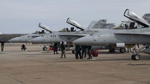 """F/A-18C der VFA-34 """"Blue Blasters"""" vor dem Abschieds-Überflug in Oceana"""
