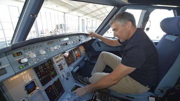Flugest-Ingenieur Thomas Heidemann im Cockpit einer A321neo