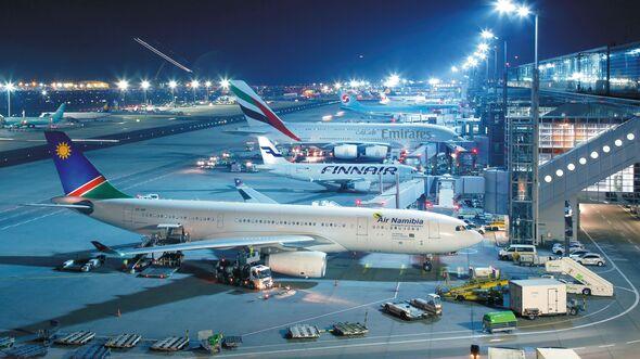 Flughafen Frankfurt, Terminal 2 bei Nacht.