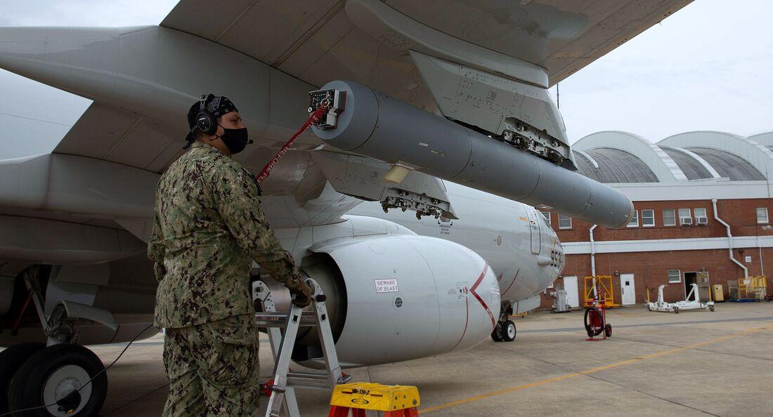 Für den Schutz der Boeing P-8A Poseidon wird das Täuschkörpersystem AN/ALE-55 in der Zelle des Flugkörpers Harpoon installiert.