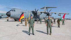 Gemeinsam eröffnen der Inspekteur der Luftwaffe, Generalleutnant Ingo Gerhartz, und sein ungarischer Amtskollege, Generalmajor Nándor Killián, auf dem Fliegerhorst in Wunstorf die Multinational Air Transport Unit.