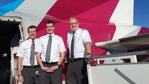 Hauptmann Thorsten Rauch von der Flugbereitschaft (Mitte) bei der Ausbildung bei Eurowings mit Alejandro Garcia Proft und CPT Helmut Kunz (rechts).