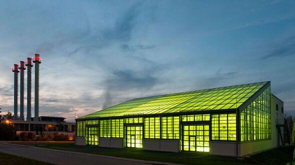 In diesem Algentechnikum genannten Gebäude züchtet die TUM Mikroalgen, welche in Carbonfasern verarbeitet und als Verbundmaterialien eingesetzt werden können.