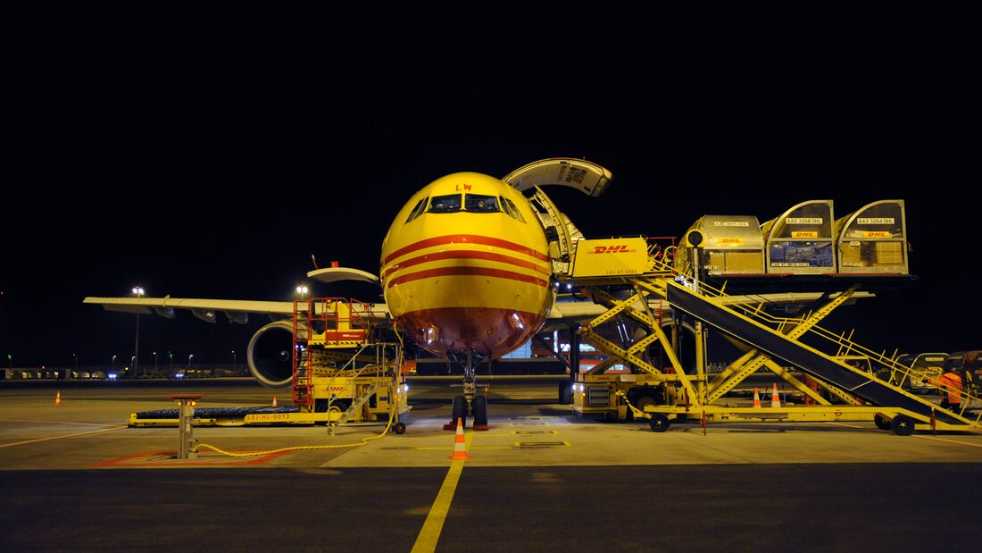 Leipzig/Halle Hub - unloading DHL plane, front view