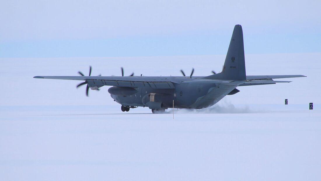 Lockheed Martin C-130J Super Hercules der Royal Australian Air Force auf der Eispiste des Wilkins Aerodrome in der Antarktis.