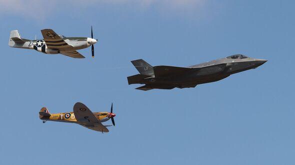 Lockheed Martin F-35A Vorführung mit P-51 und Spitfire.
