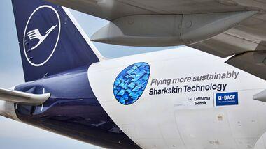"""Lufthansa Cargo stattet ab 2022 alle Boeing-777-Frachter mit """"AeroSHARK"""" aus, um damit den Treibstoffverbrauch zu senken."""