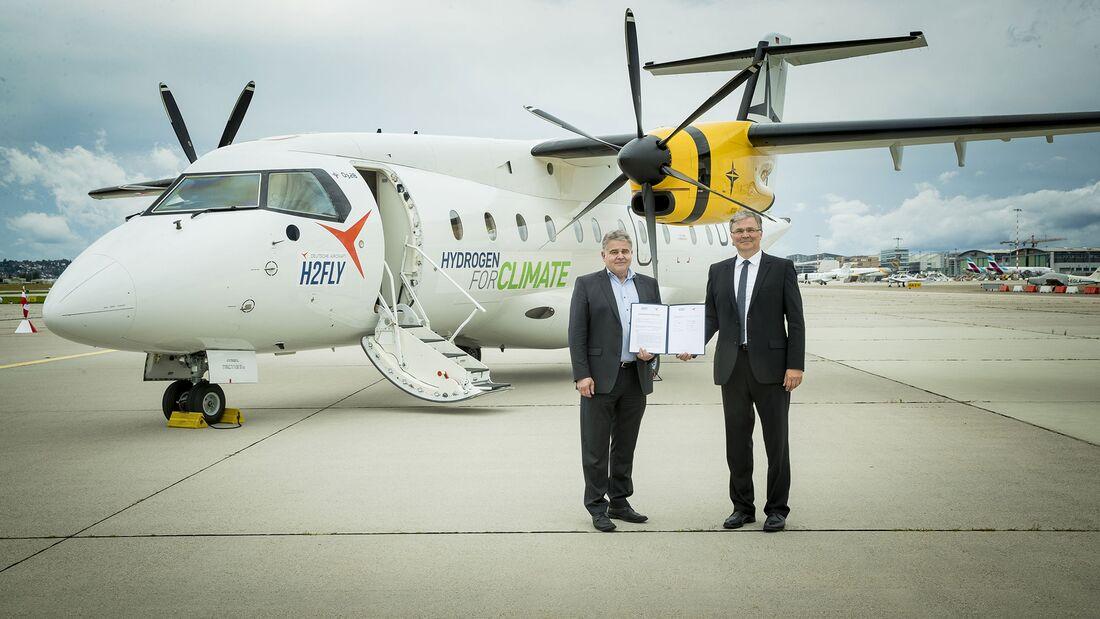 Martin Nüsseler, Chief Technology Officer Deutsche Aircraft (links) und Prof. Dr. Josef Kallo, Mitbegründer und CEO von H2FLY, unterzeichneten die Absichtserklärung zur Entwicklung eines brennstoffzellengetriebenen Regionalflugzeugs.