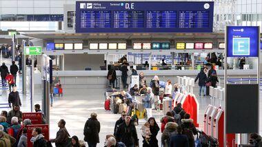 Passagiere am Flughafen Frankfurt.