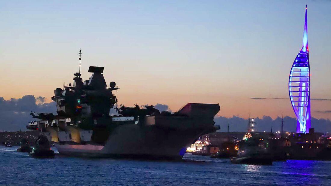 Queen Elizabeth läuft zu ihrer ersten Einsatzfahrt aus.