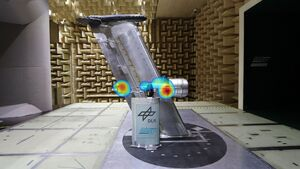 Sichtlicher Blick auf den Versuchsaufbau. Die Lärmquellen am Triebwerk und der Flügelhinterkante sind in einer Fotomontage farbig markiert.