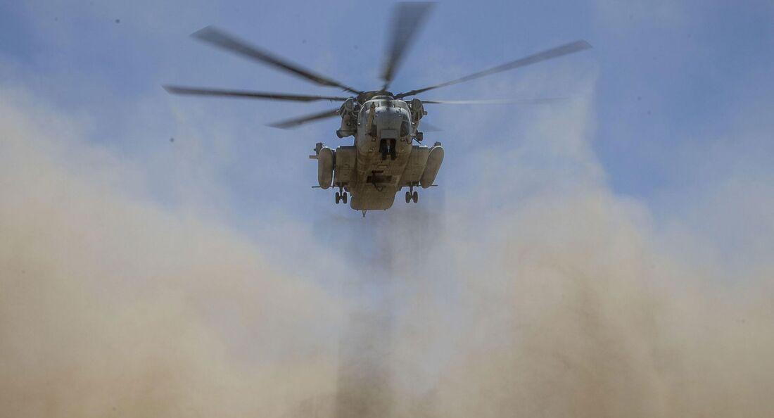 Sikorsky CH-53E des US Marine Corps bei einer schwierigen Staublandung.