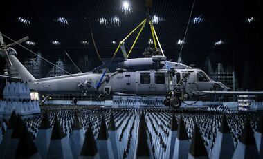 Sikorsky HH-60W in der J-PRIMES-Testkammer auf der Eglin AFB in Florida.