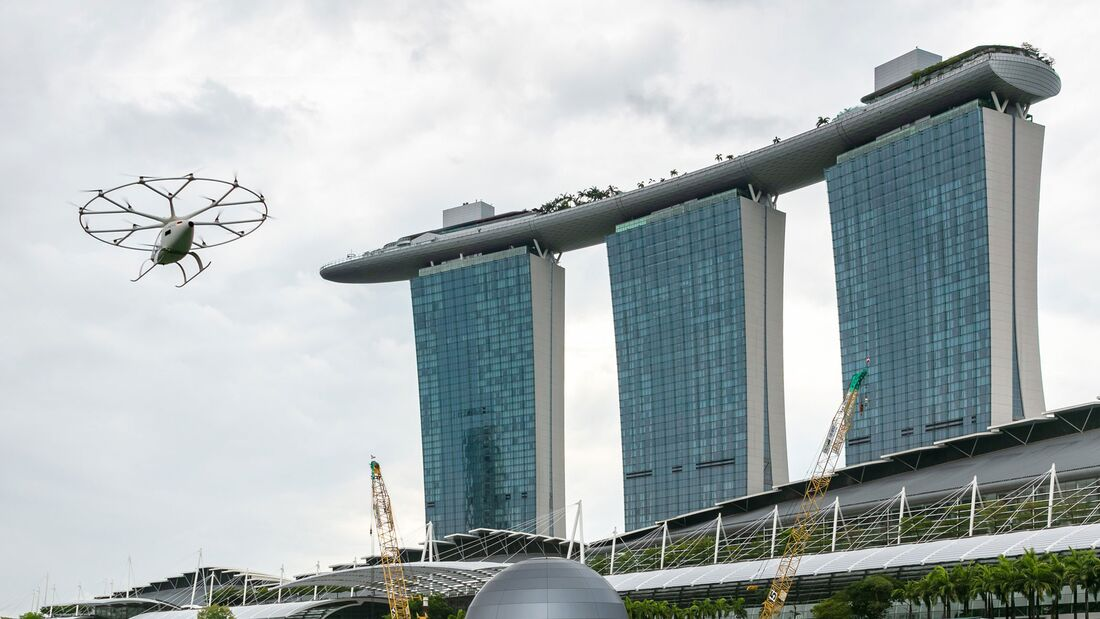 Volocopter 2X am 22. Oktober 2091 über der Marina Bay in Singapur.