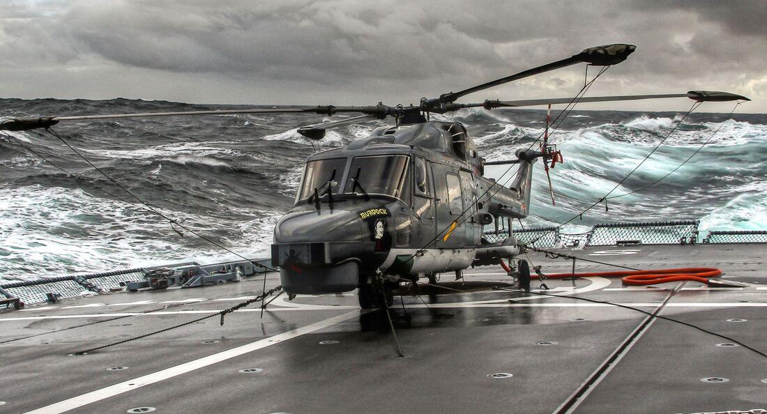 Westland Sea Lynx Mk 88A der Marineflieger auf einer Fregatte.