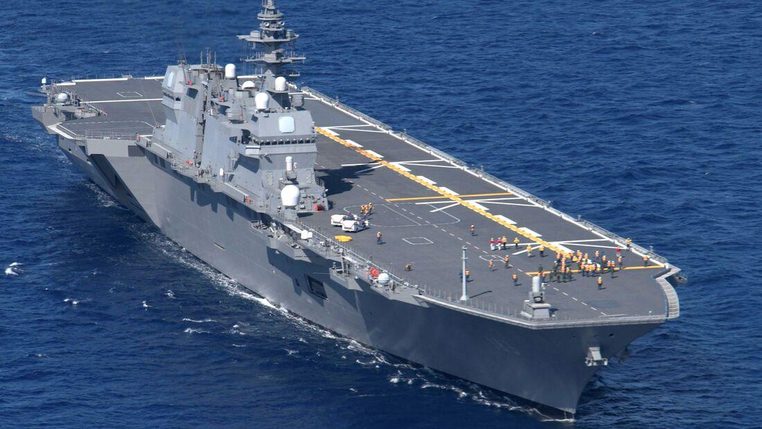 Zwei F-35B des US Marine Corps operierten am 3. Oktober auf der JS Izumo, um die Eignung des japanischen Hubschrauberträgers für den Senktrechtlander zu testen.