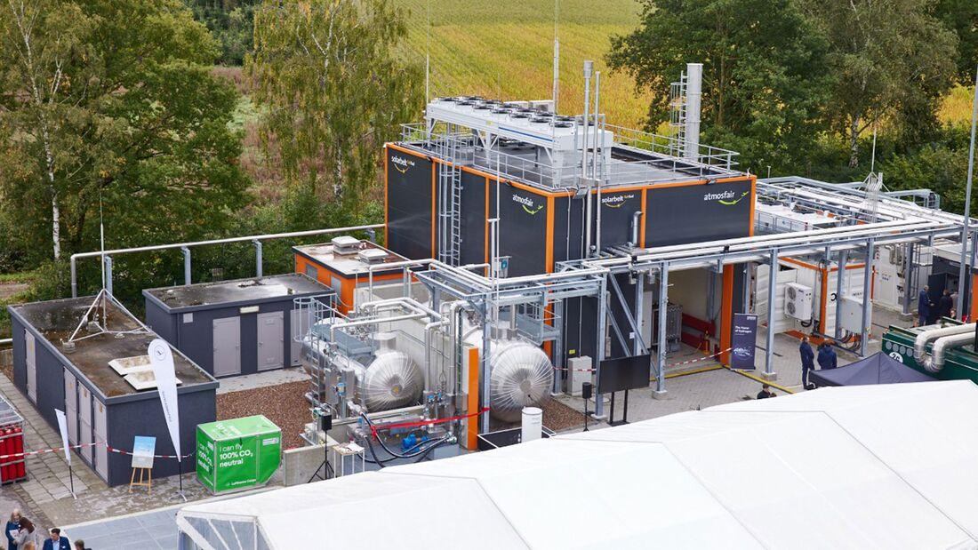 atmosfair hat Anfang Oktober 2021 im Emsland seine Power-to-Liquid-Flugkraftsoffanlage eingeweiht.