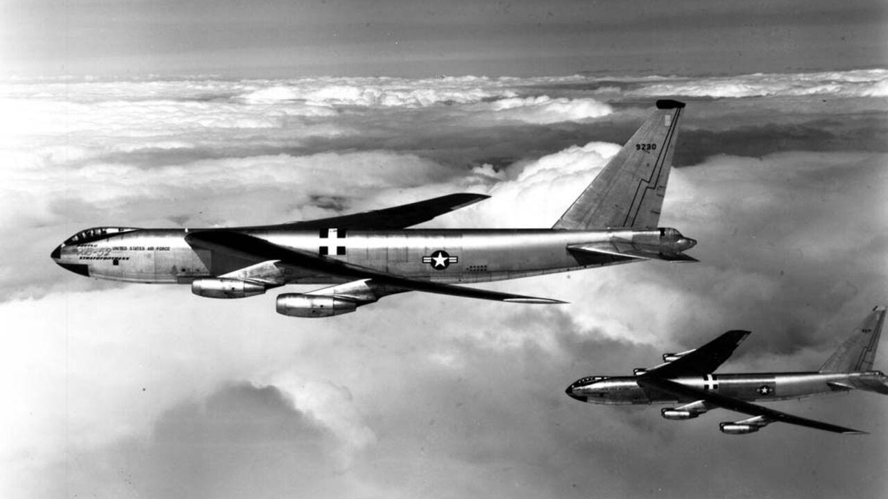 Б-52 в небе.